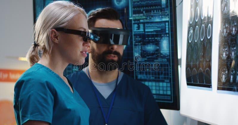 Lekarki dyskutuje rezultaty m??d?kowy obraz cyfrowy obraz royalty free