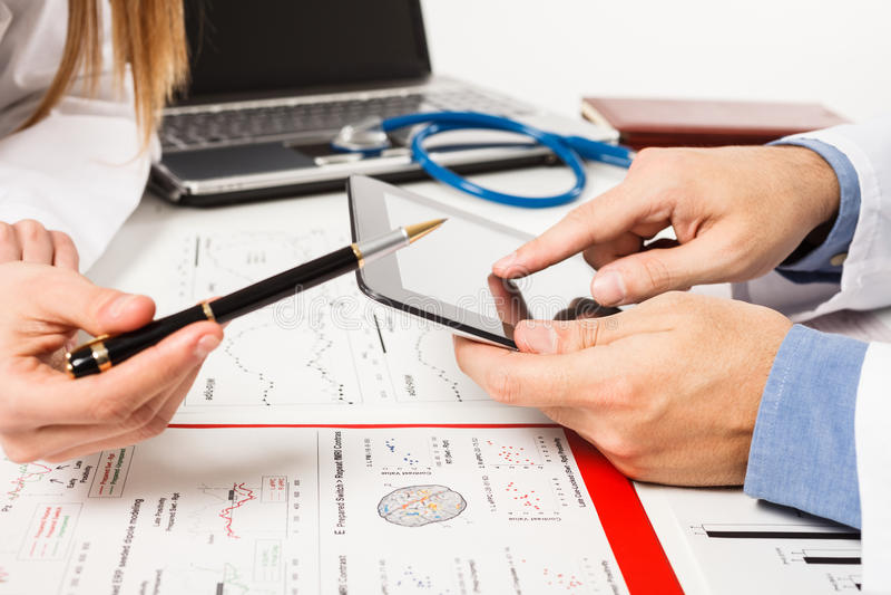 Lekarki egzamininuje testy obrazy stock