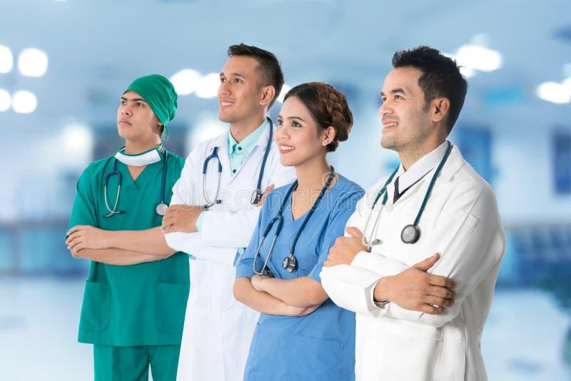 Lekarki grupują, chirurg i pielęgniarka na szpitalnym tle zdjęcia royalty free