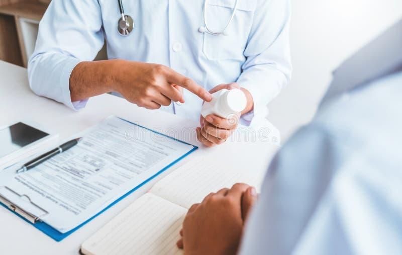 Lekarki i pacjenci Konsultuje o traktowanie wytycznach przy biurem zdjęcia stock