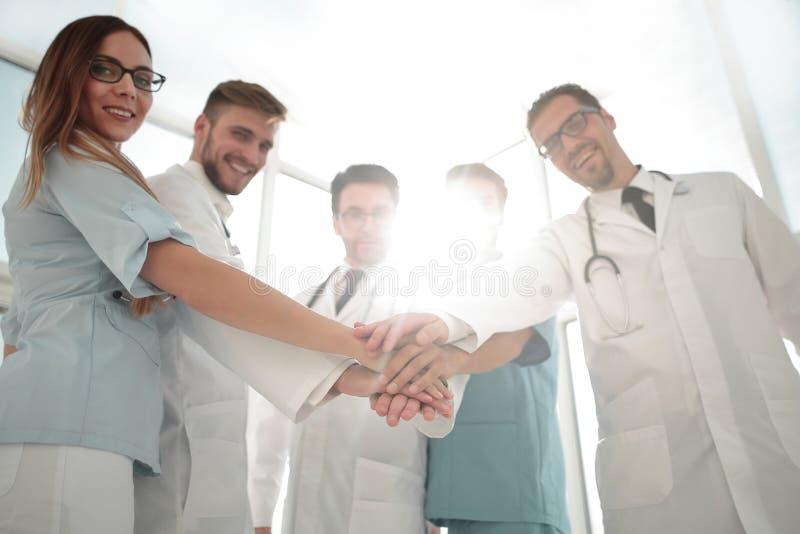 Lekarki i pielęgniarek równorzędne ręki fotografia royalty free