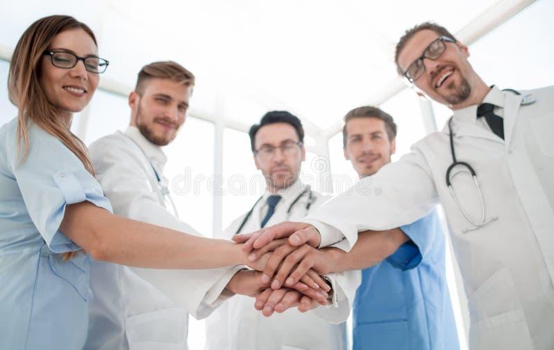 Lekarki i pielęgniarek równorzędne ręki zdjęcie stock