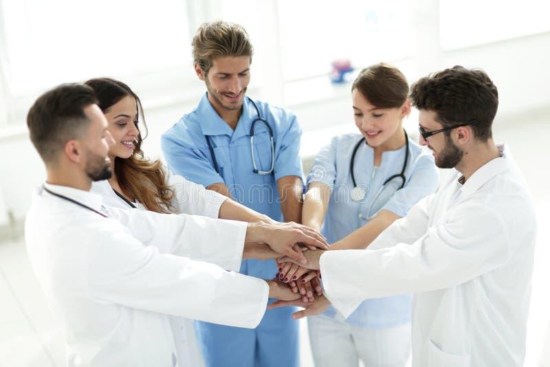 Lekarki i pielęgniarki broguje ręki pojęcie wspólna pomoc obraz stock
