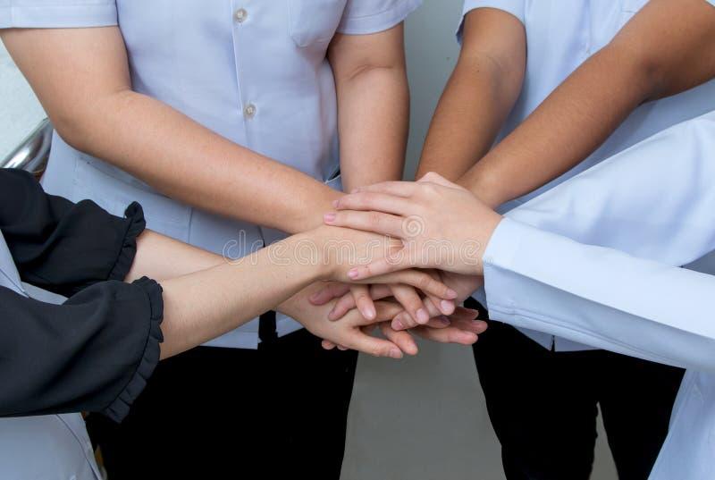 Lekarki i pielęgniarki w zaopatrzenia medycznego sztaplowania rękach zdjęcie royalty free