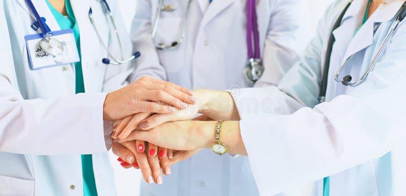 Lekarki i pielęgniarki w zaopatrzenia medycznego sztaplowania rękach zdjęcia royalty free