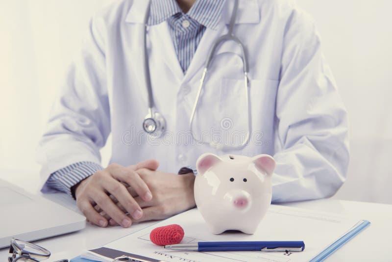 Lekarki i prosiątka bank na stołowej medycznej opłacie dla opieki zdrowotnej fotografia royalty free