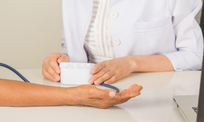 Lekarki i lekarki ręki ciśnienia krwi próbna praca obrazy stock