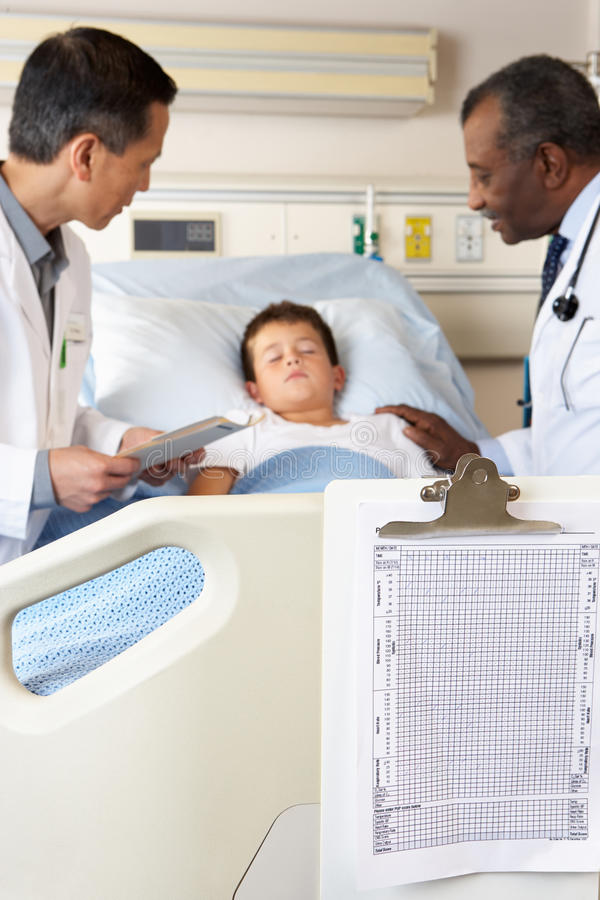 Lekarki Odwiedza dziecko pacjenta Na oddziale fotografia royalty free