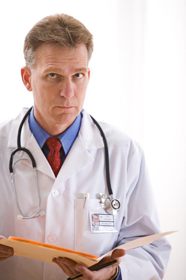 Lekarki: Poważny lekarz z wynikami testu fotografia royalty free