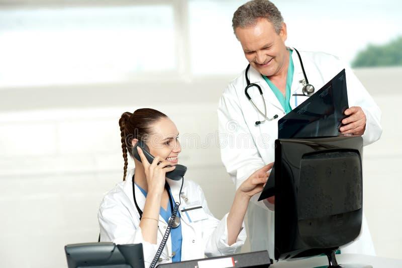 Lekarki przegląda pacjenta promieniowania rentgenowskiego raport zdjęcie stock