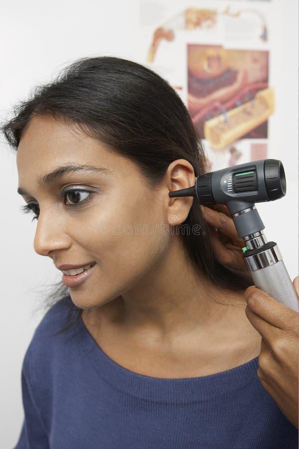 Lekarki ręka Sprawdza pacjenta ucho zdjęcie royalty free