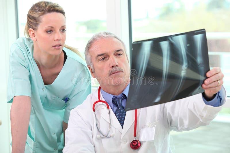 Lekarki target582_0_ promieniowanie rentgenowskie wizerunek zdjęcie stock