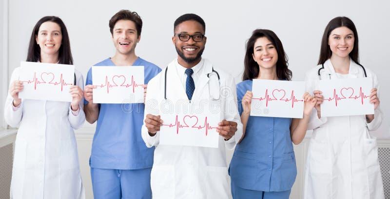 Lekarki trzyma papiery z cadiograms bicie serca fotografia royalty free