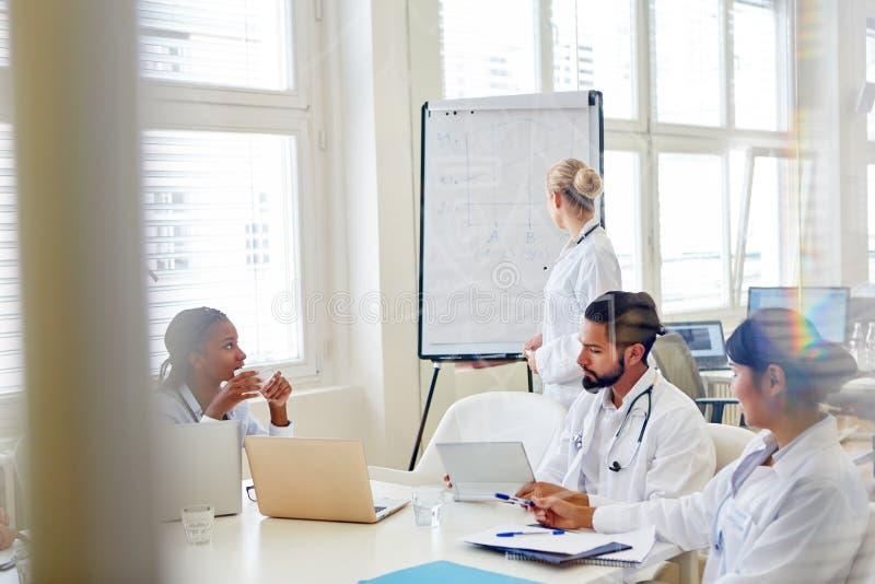 Lekarki w konwersatorium dla trenować zdjęcie royalty free