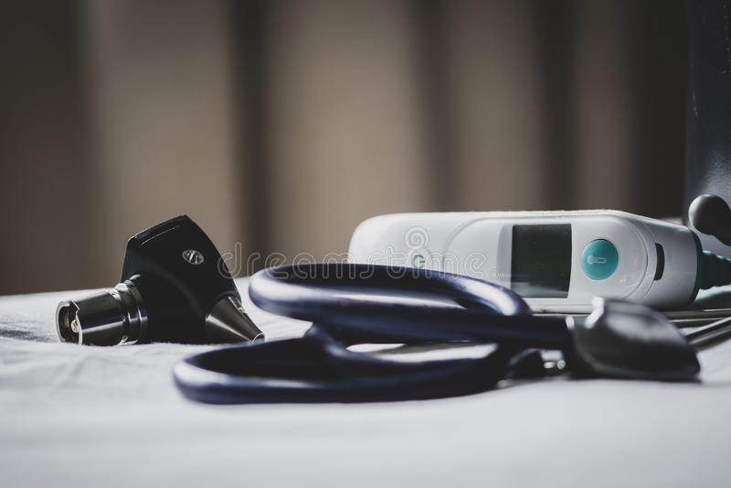 Lekarki zdosą przy kliniką - pokazywać stetoskop, otoskop i termometr, zdjęcia royalty free