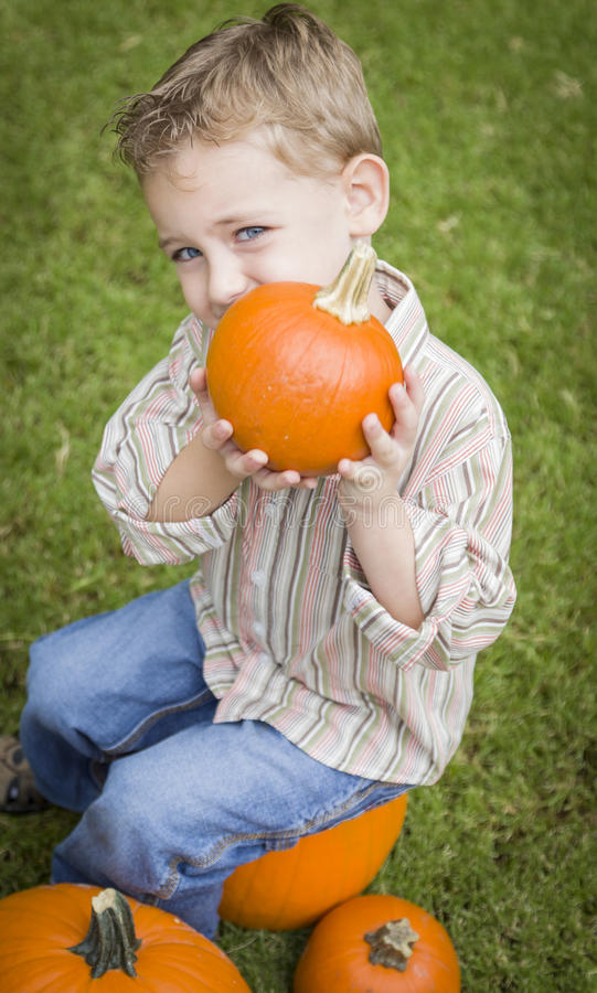 Lekarstwa młodego dziecka chłopiec Cieszy się Dyniową łatę. zdjęcia stock