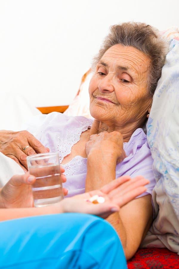 Lekarstwo dla starszych osob zdjęcie royalty free