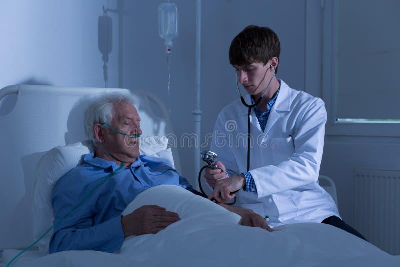 Lekarz i ciśnienie krwi obrazy royalty free