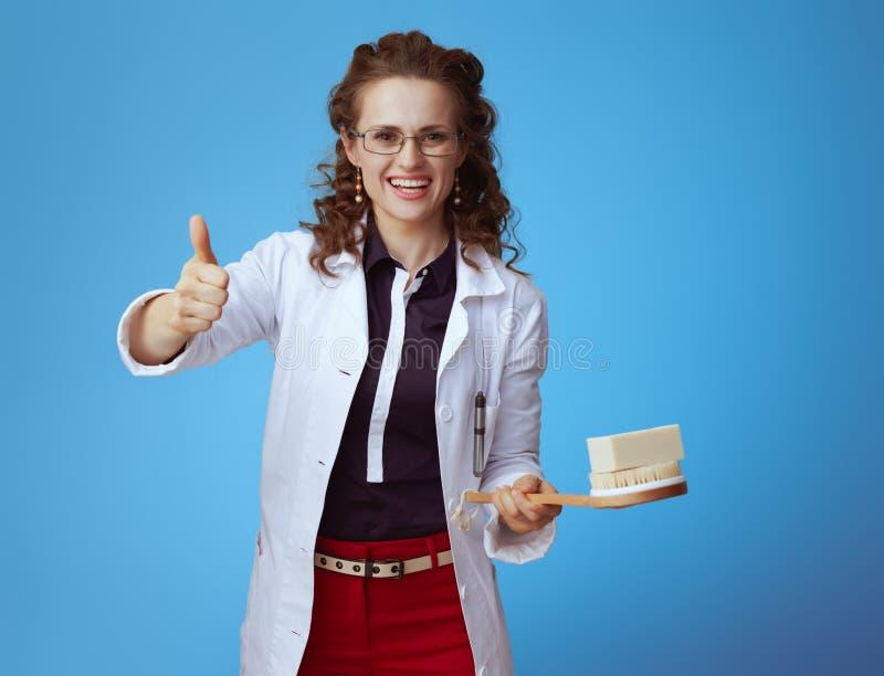 Lekarz kobieta z mydło barem i skąpania muśnięciem pokazuje aprobaty fotografia royalty free