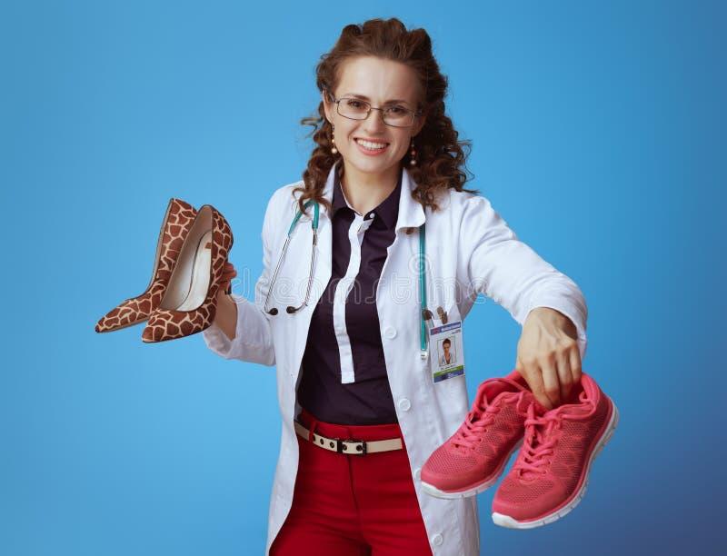 Lekarz kobieta z szpilki kuje dawać dysponowanym sneakers fotografia royalty free