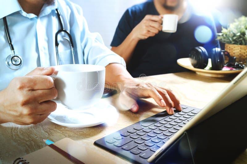 Lekarz medycyny drużyna bierze kawową przerwę używać cyfrową pastylkę doc zdjęcie stock