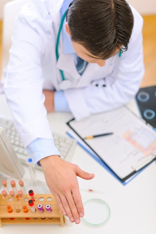 Lekarz medycyny podesłania ręka dla uścisk dłoni. Odgórny v zdjęcia royalty free