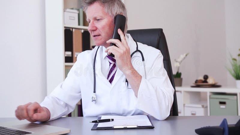 Lekarz medycyny pracuje z laptopem w biurze i pisze zdjęcie wideo