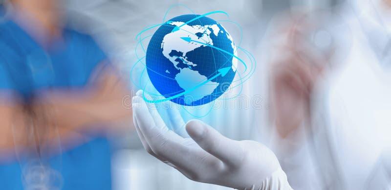 Lekarz Medycyny trzyma światową kulę ziemską fotografia stock