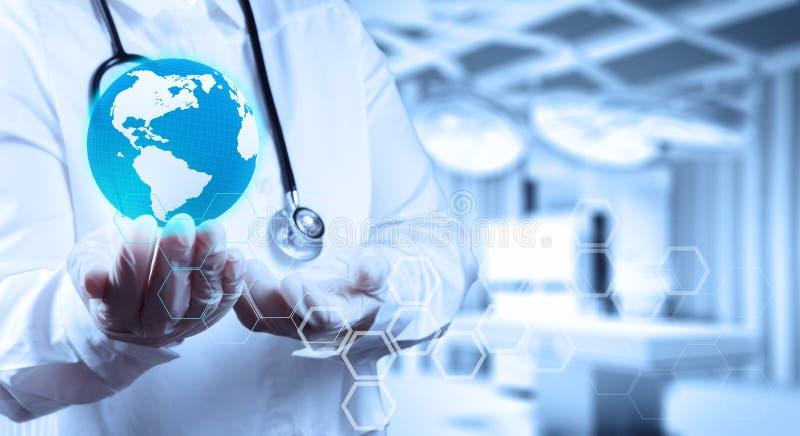 Lekarz Medycyny trzyma światową kulę ziemską w ona ręki obrazy royalty free