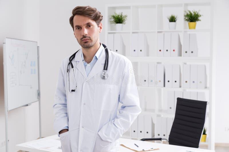 Lekarz medycyny w jego biurze fotografia royalty free