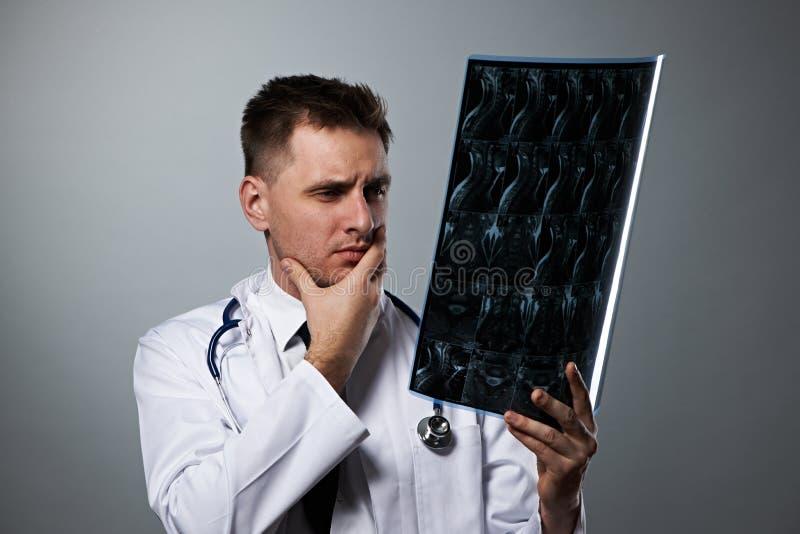 Lekarz medycyny z MRI dordzeniowym obrazem cyfrowym fotografia stock