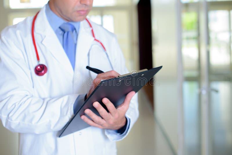 Lekarz pisze raporcie zdjęcia stock