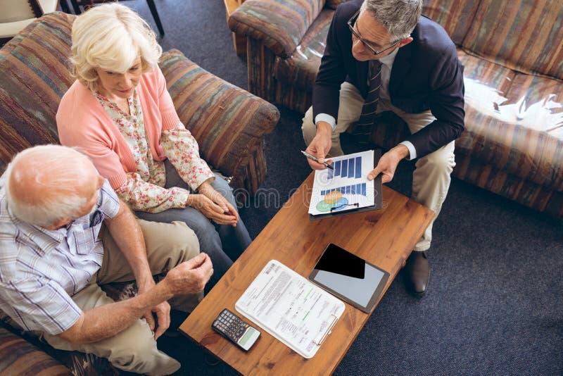 Lekarz pokazuje medyczne statystyki starsza para zdjęcie stock