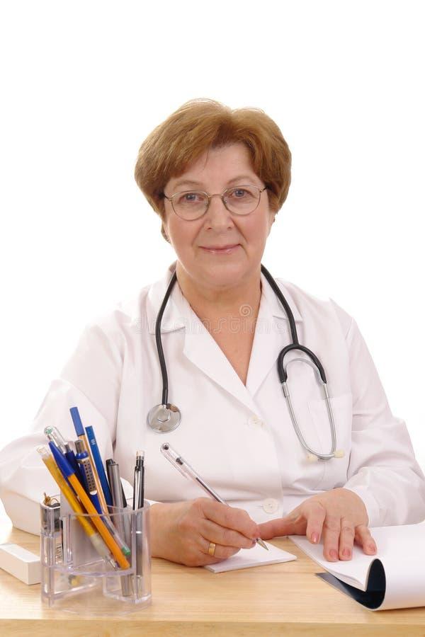 lekarz rodzinny piśmie receptę obrazy stock