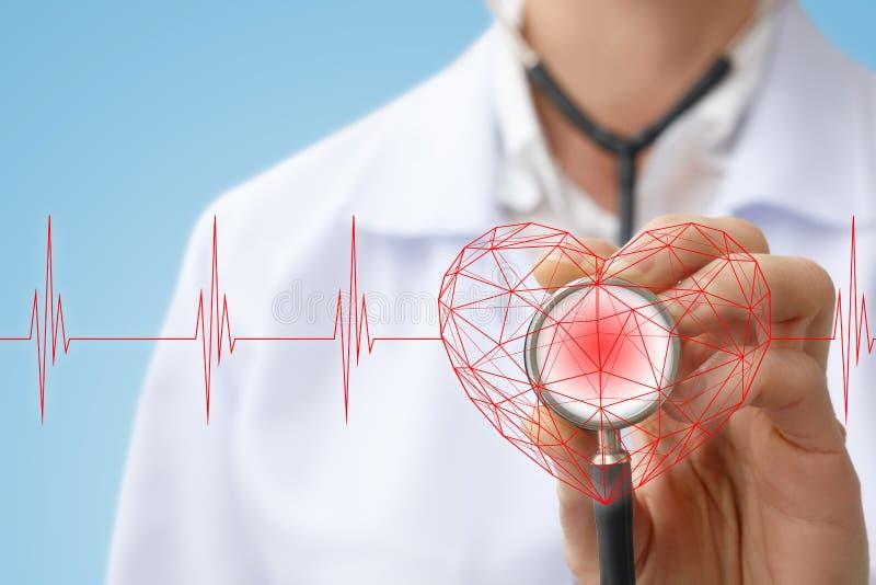 Lekarz słucha serce zdjęcia stock