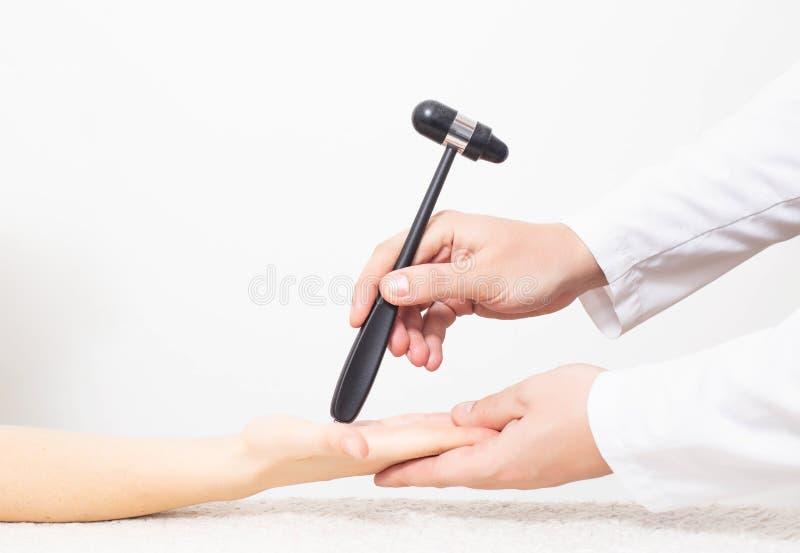 Lekarz sprawdza odruch podbródka dłoni pacjenta Weryfikacja i leczenie wegetatywnej dystonii naczyniowej fotografia stock