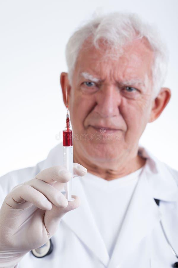 Lekarz z strzykawką fotografia stock
