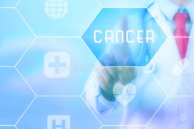 Lekarza medycyny odciskania 'nowotworu' guzik na wirtualnym dotyka ekranie na błękitnym technologii tle zdjęcia stock
