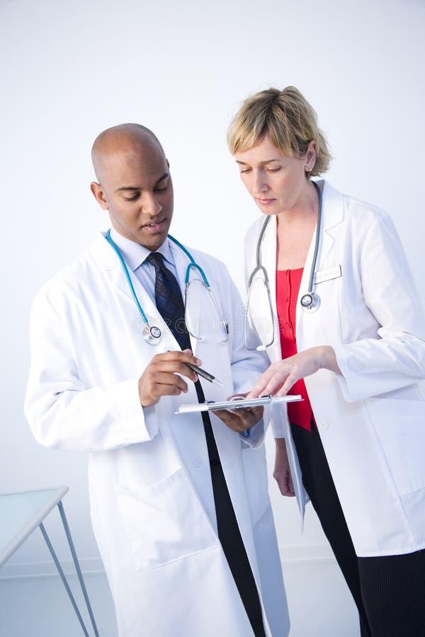lekarze omówić obrazy stock