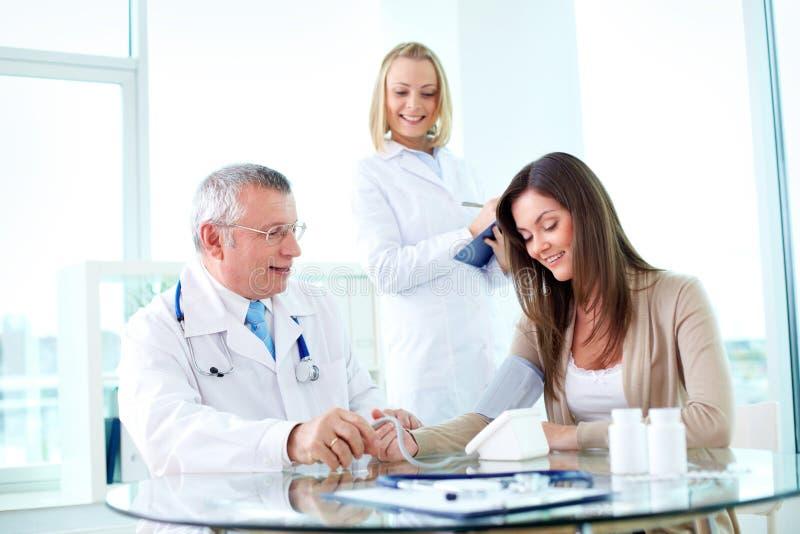 Lekarzi praktykujący przy pracą zdjęcia stock