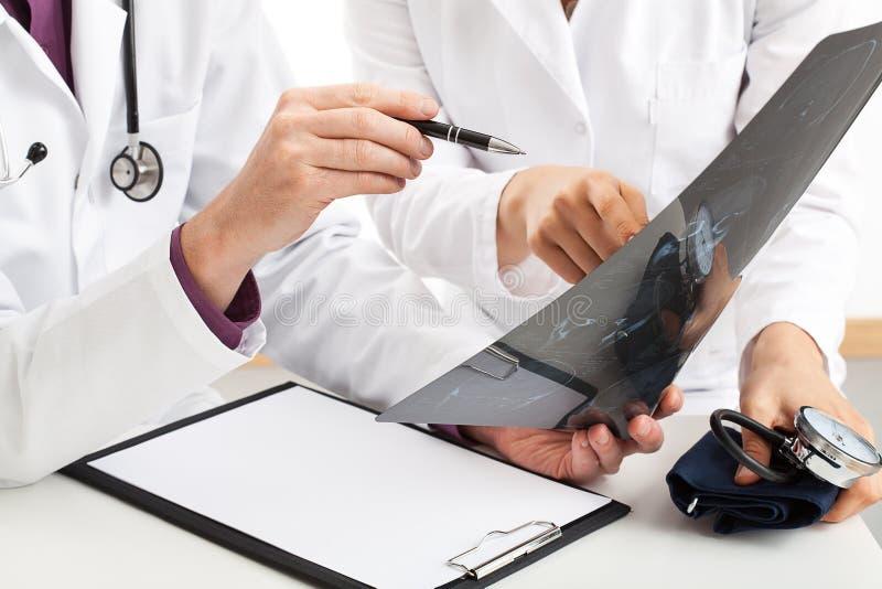 Lekarzi z promieniowaniem rentgenowskim fotografia stock