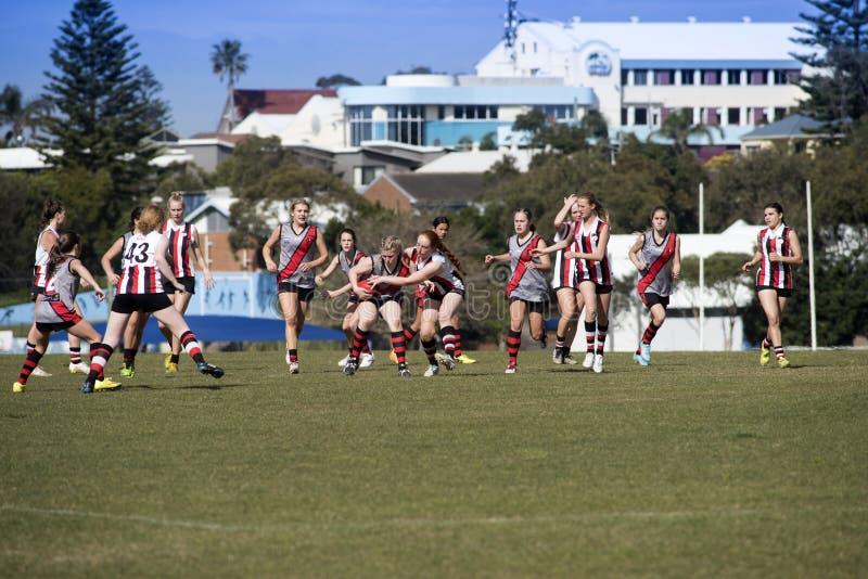 Lekaustraliern för unga kvinnor härskar fotboll arkivfoton