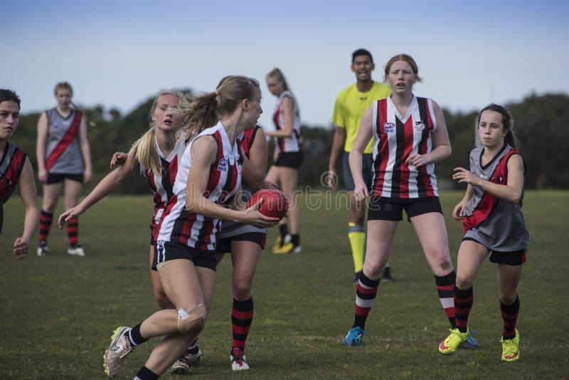 Lekaustraliern för unga kvinnor härskar fotboll arkivbild