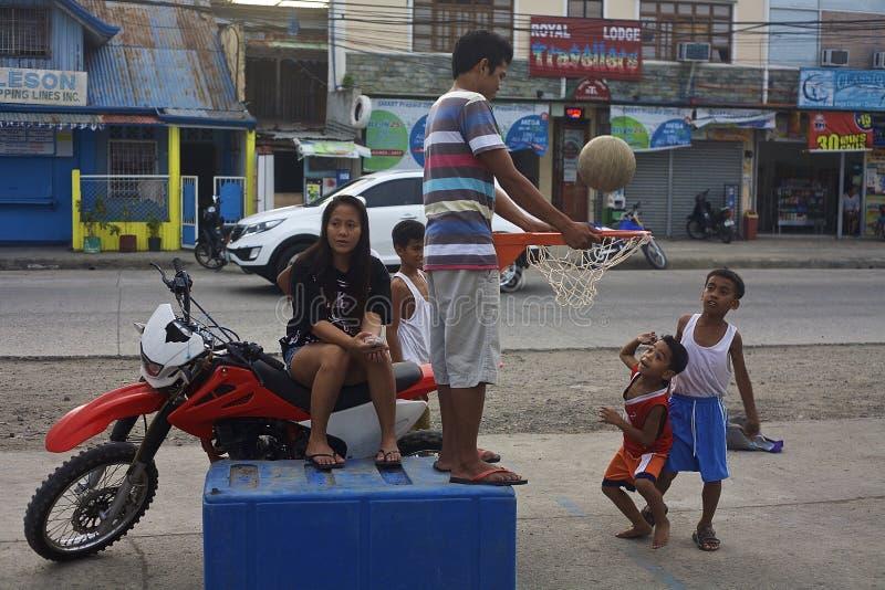 lekbasket för 2 pojkar royaltyfri foto