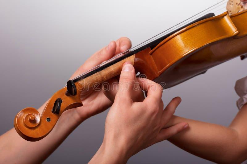Lekcja bawić się skrzypce Nauczyciel pomoce trzymać skrzypce zdjęcie stock