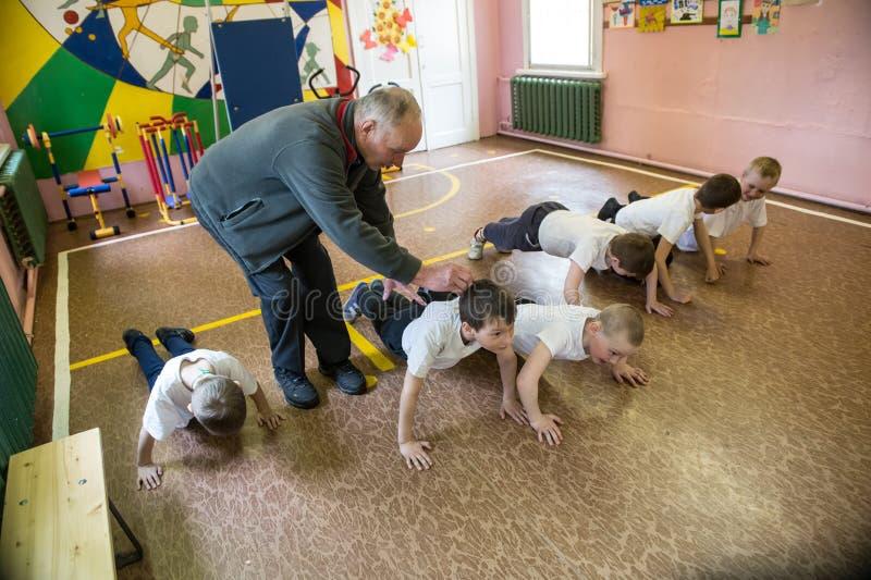 Download Lekcja Fizyczna Edukacja Dzieci Podstawowi Stopnie Wewnątrz Obraz Stock Editorial - Obraz złożonej z szczęśliwy, napad: 106911779