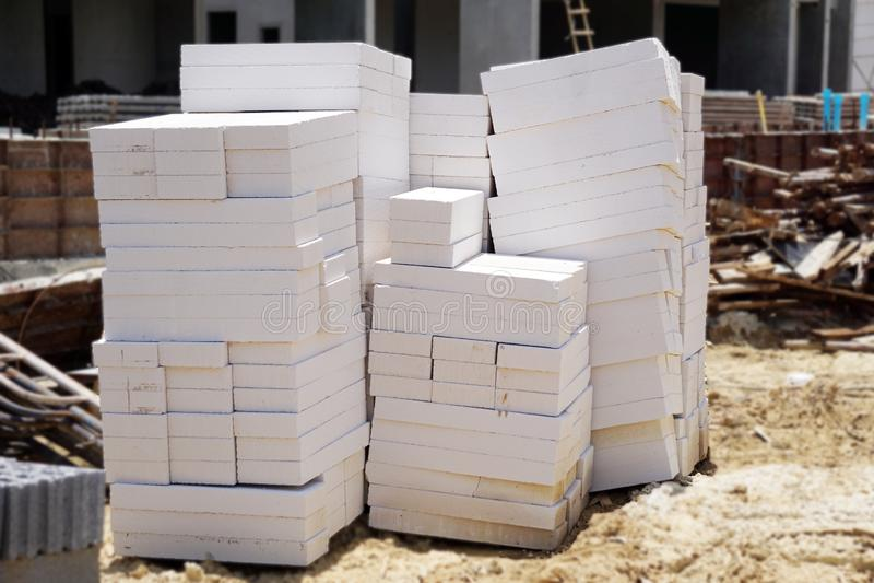 Lekcy betonowi bloki umieszczający na ziemi obraz royalty free