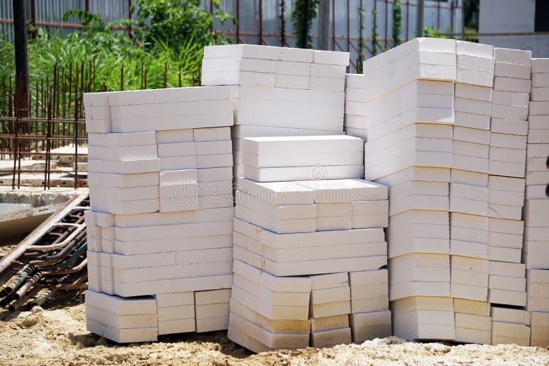 Lekcy betonowi bloki umieszczający na ziemi obrazy royalty free