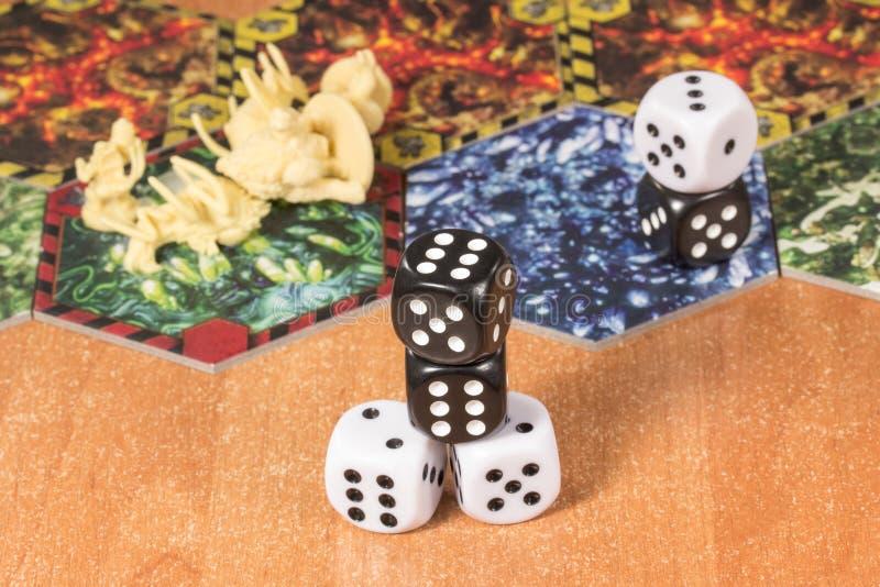 Lekcy i ciemni kostka do gry na powierzchni drewniany stół fotografia royalty free