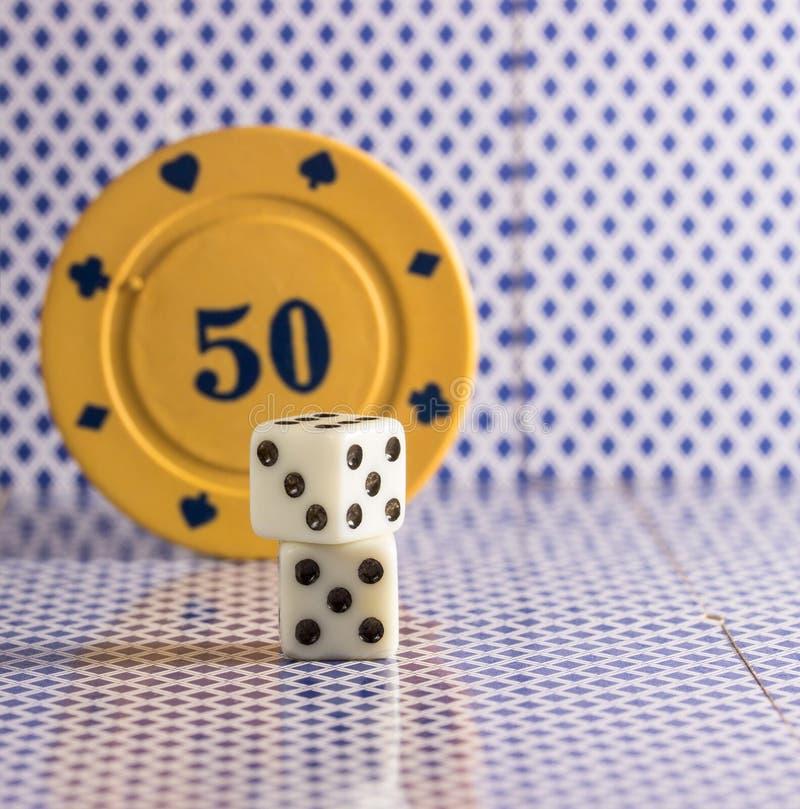Lekcy kostka do gry na tle grzebaków układy scaleni zdjęcie stock